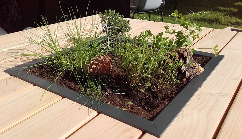 Mobilier de jardin en bois, table avec carré aromatique